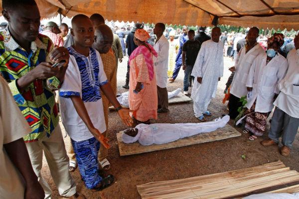 Le 2 octobre 2009, à Conakry, les proches des victimes du massacre du 28 septembre viennent identifier les corps.