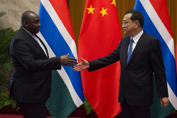 le président gambien Adama Barrow et le Premier ministre chinois,  Li Keqiang, en décembre 2017 à Pékin.