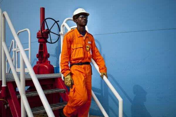 Un employé sur une raffinerie à Pointe Noire, en février 2011 (archives JA).