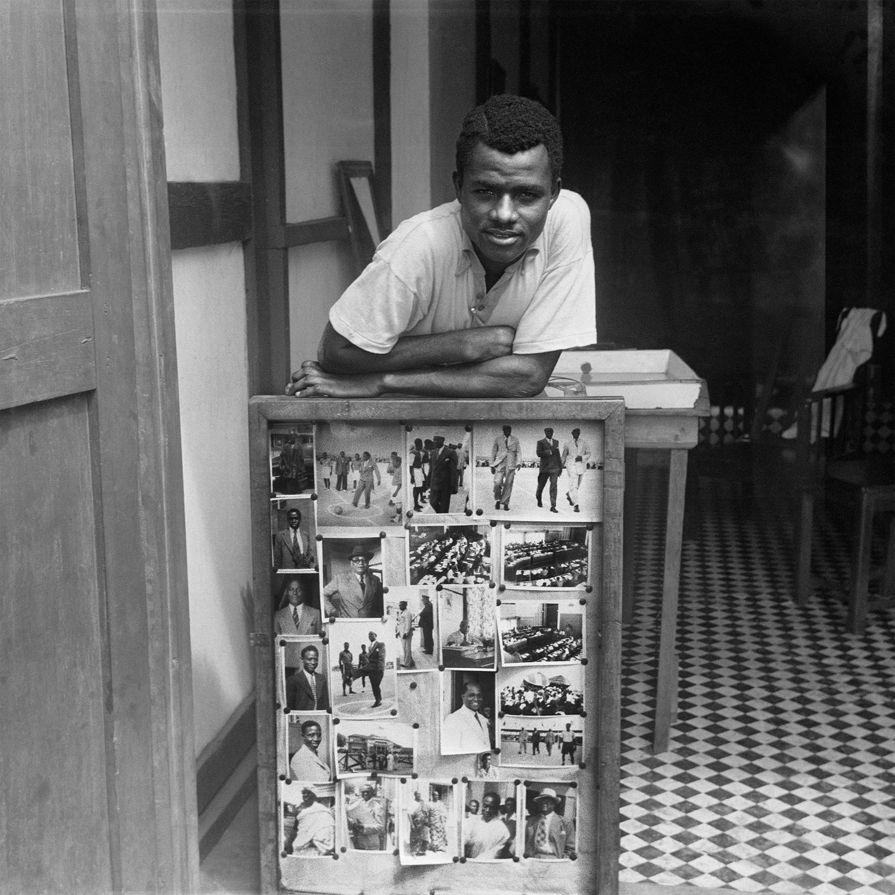 Autoportrait derrière ses images du moment, vers 1950.