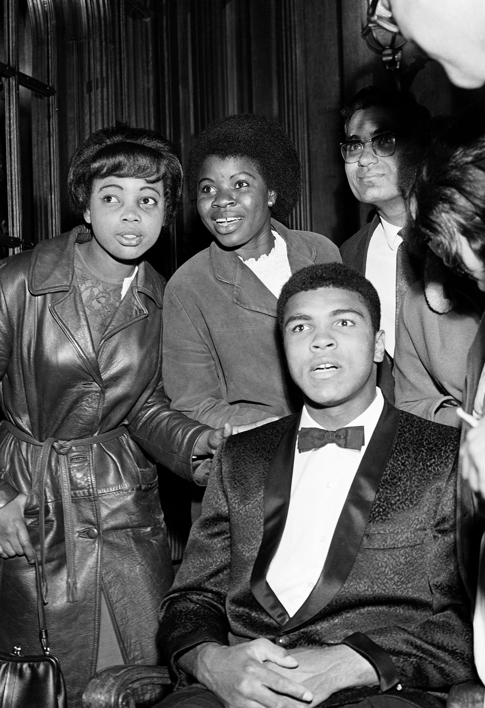 Mohamed Ali entouré de fans après un combat à Earls Court (Londres), en 1956