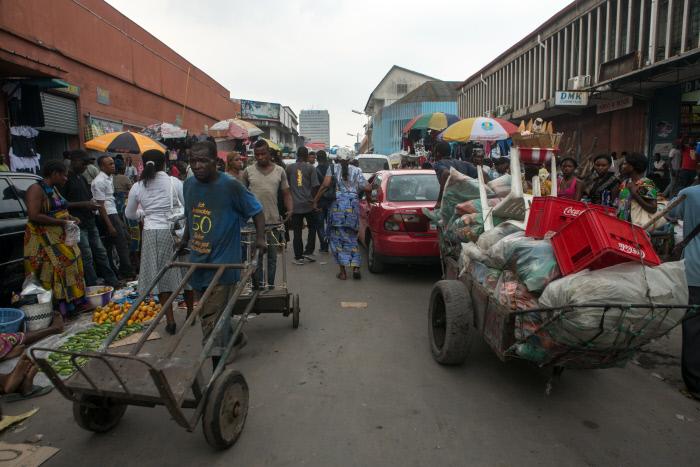 Scène de rue dans le quartier commerçant à proximité de l'avenue du Commerce et du Grand marché de Kinshasa, le 14 octobre 2014.