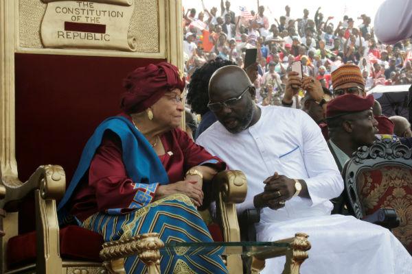 George Weah, nouveau président du Liberia, aux côtés de Ellen Johnson Sirleaf, le lundi 22 janvier 2018, quelques minutes avant sa prestation de serment.