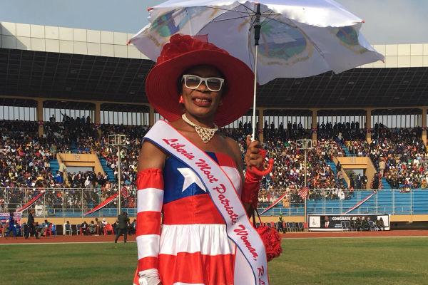 """La """"femme la plus patriotique du Liberia"""", quelques minutes avant l'investiture de George Weah à Monrovia."""