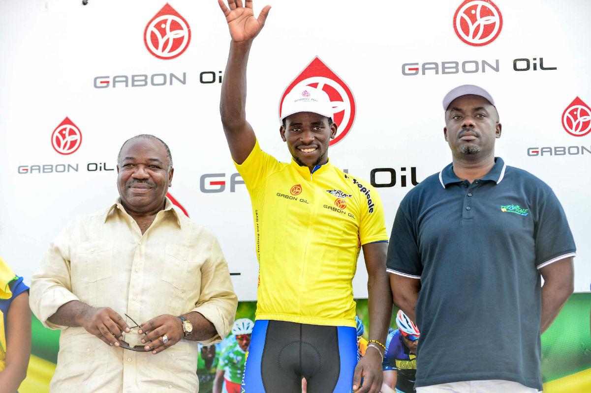 Le Rwandais Joseph Areruya, vainqueur de la Tropicale Amissa Bongo, à côté du président du Gabon, Ali Bongo Ondimba