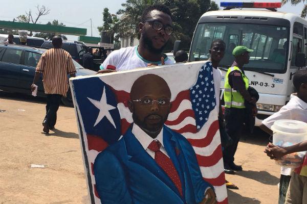Un supporter de George Weah, à Monrovia lors de l'investiture.