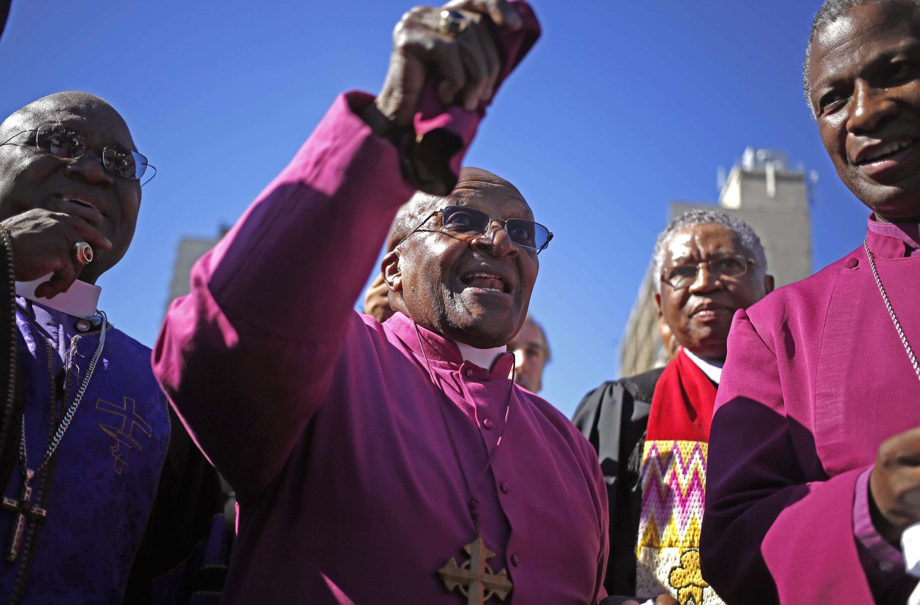 Desmond Tutu, au centre, lors dune manifestation en 2014.