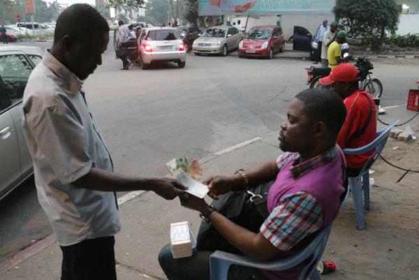 Des cambistes de rue, à Kinshasa, en 2017.