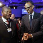 João Lourenço, à gauche, le président de l'Angola et Paul Kagame, à droite, président du Rwanda, assistent à la séance d'ouverture du Forum économique mondial, WEF, à Davos, en Suisse, le 23 janvier 2018