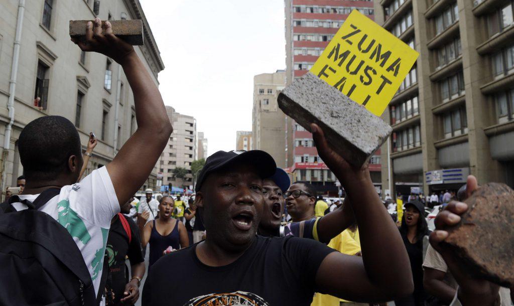 Des membres du Congrès national africain (ANC) manifestent à l'extérieur du siège du parti à Johannesburg, pour réclamer le départ anticipé du président Jacob Zuma, le 5 février 2018.