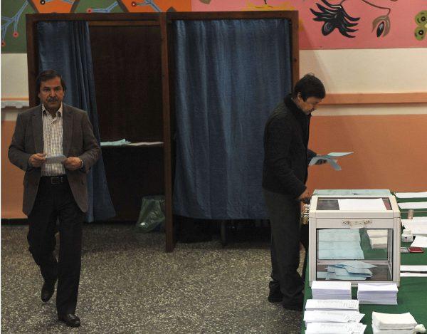 Les frères du président algérien Abdelaziz Bouteflika, Saïd et Nasser, votent pour les élections locales à Alger, le 23 novembre 2017