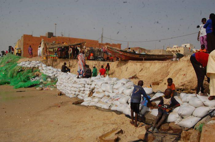 Les habitants tentent de se protéger en entreposant des sacs de sable le long du rivage.
