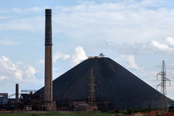 La cheminée et le terril de la Gécamines, symboles de la ville de Lubumbashi, capital de la riche province minière du Katanga, au sud-est de la République démocratique du Congo.