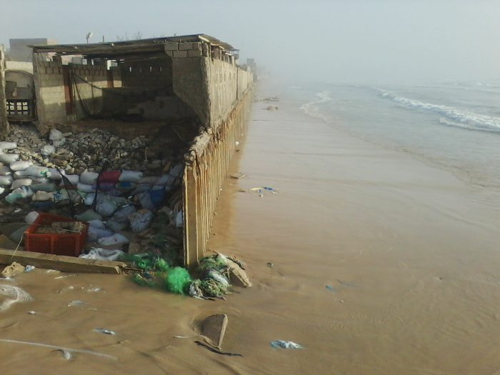 Construit en 1929, le mur contre l'érosion côtière résiste difficilement à l'assaut des vagues.