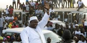 Le président gambian Adama Barrow après son arrivée à l'aéroport de Banjul en Gambie, jeudi 26 janvier 2017.