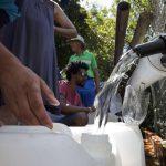 Des habitants de Cape Town remplissent des bidons à partir d'une source d'eau naturelle, février 2018, Afrique du Sud.