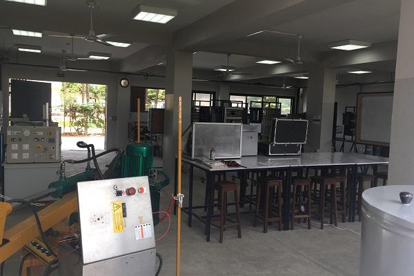 Une salle de travaux pratiques à l'Ucac-Icam de Pointe-Noire