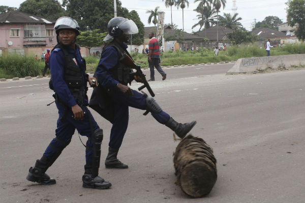 Des policiers déblaient une barricade, à Kinshasa, le 2 février 2017.
