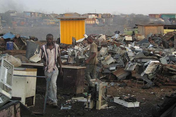 A Agbogbloshie, au Ghana, sur un site de stockage de déchets électroniques en 2011.