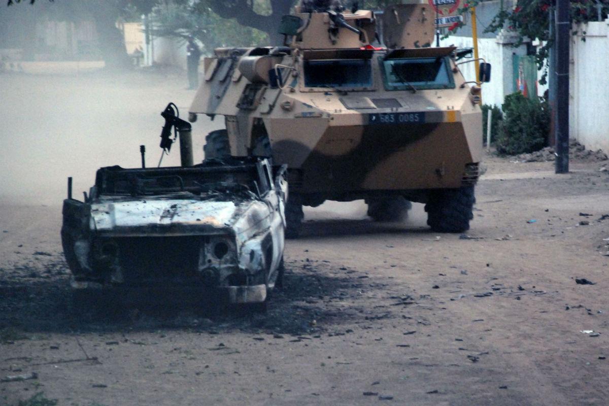 Un véhicule militaire français dans les rues de la capitale tchadienne, en février 2008, pendant la « bataille de N'Djamena ».