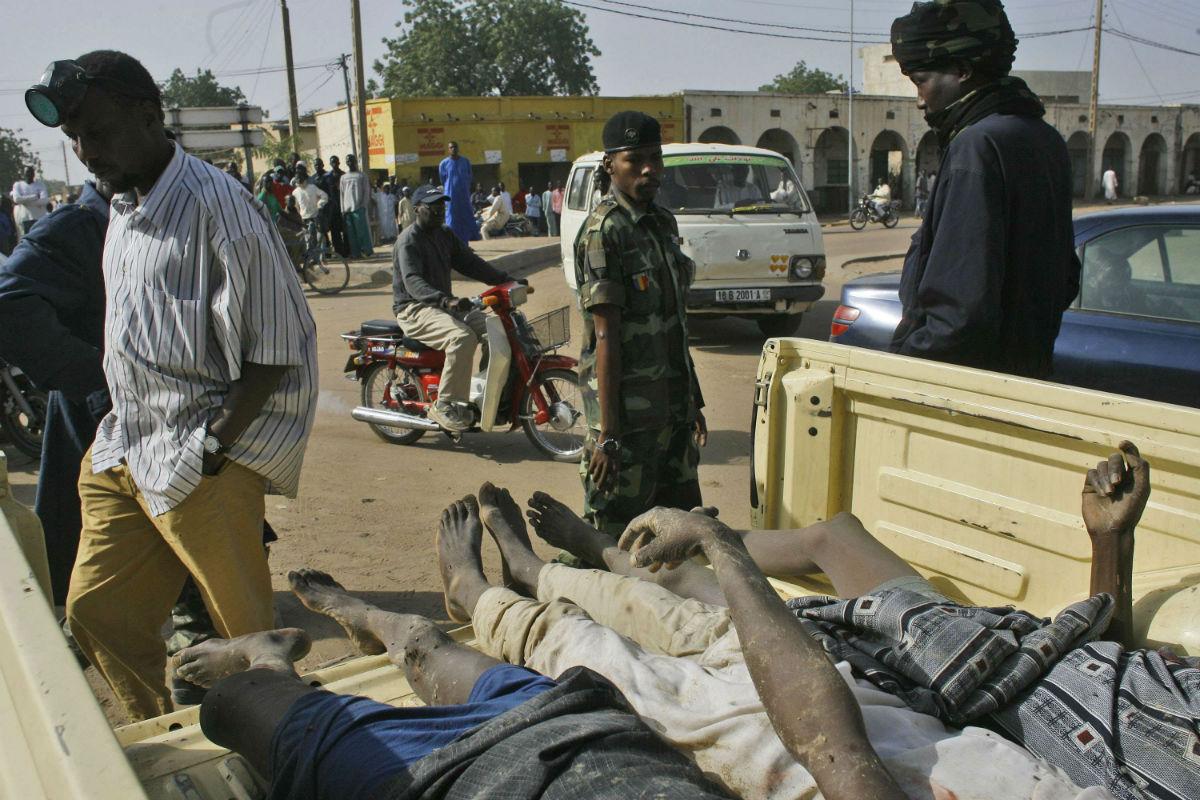 Un soldat devant des corps de rebelles dans un pick-up, le 7 février 2007 à N'Djaména.
