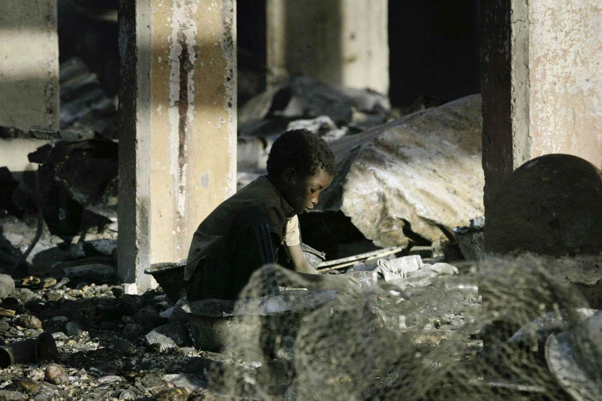 Un enfant dans les décombres de sa maison, le 8 février à N'Djaména.