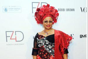 Folorunsho Alakija, fondatrice de la Rose of Sharon Foundation, assiste au défilé Fashion for Development à New York (États-Unis), le 26 septembre 2013