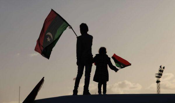 Des enfants en train de brandir le drapeau libyen, lors du deuxième anniversaire du soulèvement de 2011.