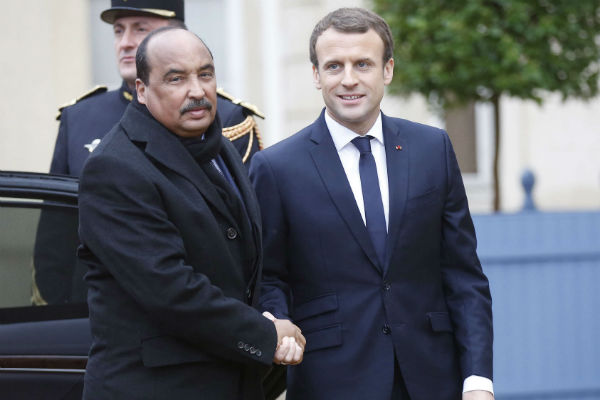 Emmanuel Macron et Mohamed Ould Abdelaziz, à la Celles-Saint-Cloud, le 13 décembre 2017.