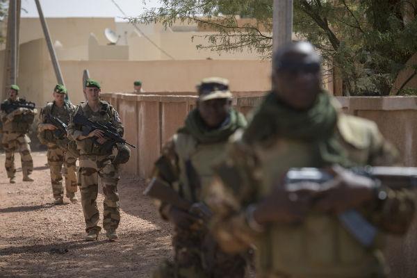 Des soldats français de Barkhane et des soldats maliens des Fama lors d'une patrouille commune à Ansongo, près de Gao, le 8 février 2018.
