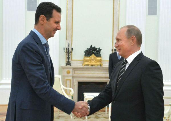 Le président russe Vladimir Poutine serre la main du président syrien Bachar el-Assad au Kremlin à Moscou (Russie), le 20 octobre 2015