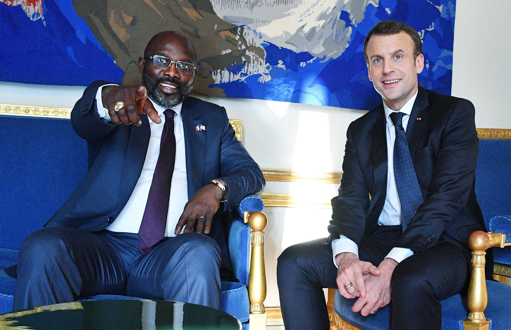 Le président libérien et son homologue français Emmanuel Macron au palais de l'Élysée, le 21février.
