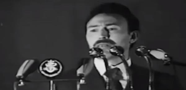 Houari Boumediene lors du discours annonçant la nationalisation des hydrocarbures à Alger (Algérie), le 24 février 1971