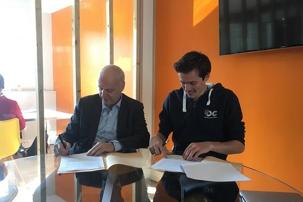 Bruno Mettling (à gauche) et Pierre Dubuc (à droite) signant le partenariat dans les locaux d'Openclassrooms jeudi 22 février 2018