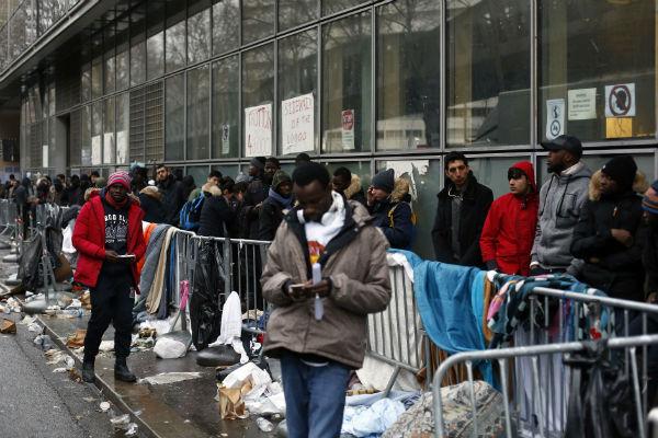 File d'attente à Paris devant les locaux de la « Plateforme d'accueil pour primo-arrivants et demandeurs d'asile », en décembre 2017.