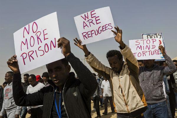 Manifestations de migrants devant la prison de Saharonim, dans le désert de Negev, dans le sud d'Israël.