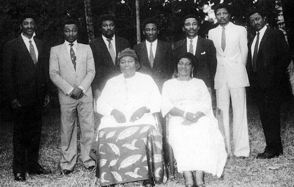 Viktor Mukete avec Hannah ( décédée en 2005) et leurs sept garçons,à Kumba, en avril 1984.