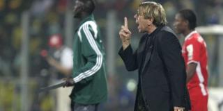 Claude Le Roy en 2008, alors sélectionneur du Ghana. Ici sur le bord du terrain.