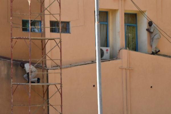 Des hommes s'échappent de l'état-major,à Ouagadougou, pendant l'attaque de ce vendredi 2 mars 2018.