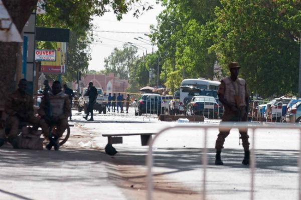 Un soldat burkinabè à proximité de l'état-major de Ouagadougou, cible d'une attaque ce vendredi 2 mars.