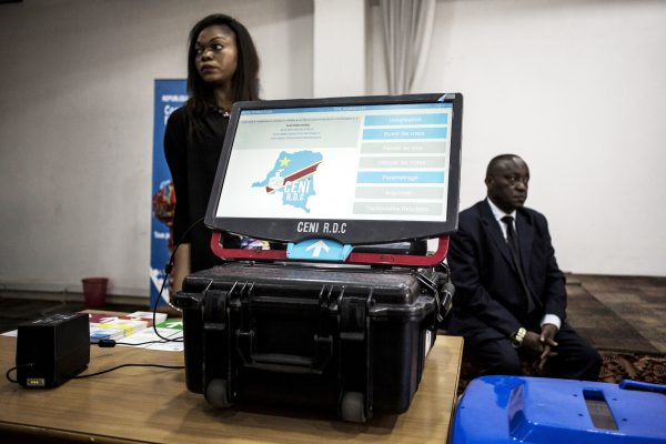 Expérimentation d'une machine à voter à Kinshasa, en février.