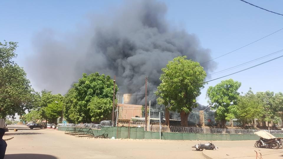 De la fumée s'élève au -dessus de l'état-major, à Ouagadougou, ce 2 mars 2018.
