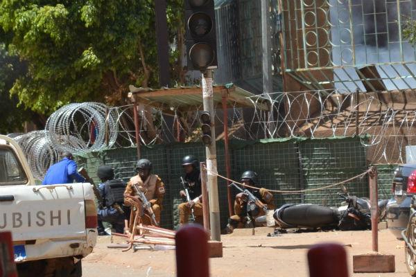 Des soldats se protègent des tirs, pendant l'attaque de ce vendredi 2 mars à l'état-major de Ouagadougou.
