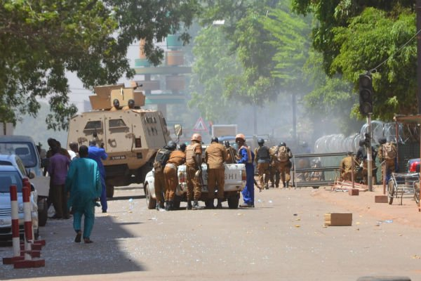 Des soldats burkinabè à proximité de l'état-major, pendant l'attaque terroriste du 2 mars 2018 à Ouagadougou.