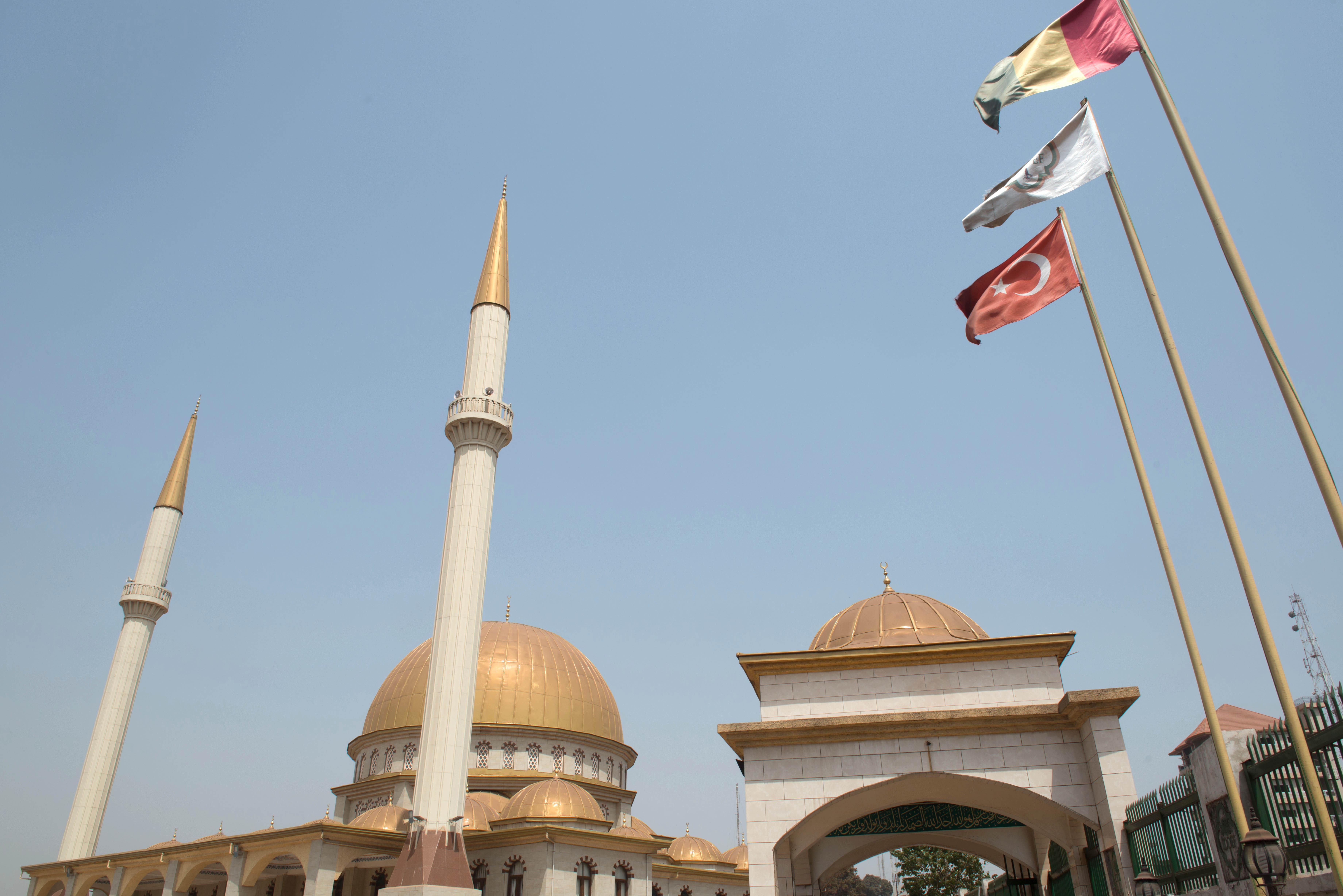 Constructions réalisées par des entreprises de BTP turques. La mosquée de Bambeto est l'ouvrage le plus emblématique.