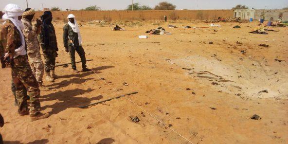 Des soldats maliens après un attentat-suicide à Gao en janvier 2017.