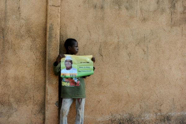 Un enfant tient une affiche de campagne d'Ibrahim Boubacar Keïta, lors de la campagne présidentielle de 2013, à Bamako.