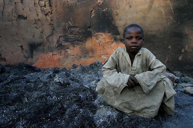 Un enfant dans les ruines de sa maison, en avril 2007 à Birao, en Centrafrique, après l'affrontement entre militaires français et FACA d'un côté, et rebelles de l'autre.