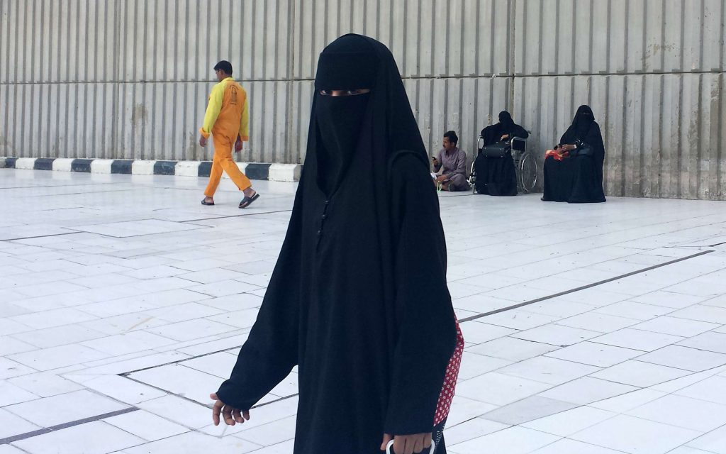 Une femme en abaya, à La Mecque, en Arabie saoudite, le 9 décembre 2013 (image d'illustration).