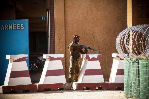 Le 3mars à Ouagadougou, un soldat garde l'entrée de l'état-major des armées, visé la veille par une attaque.